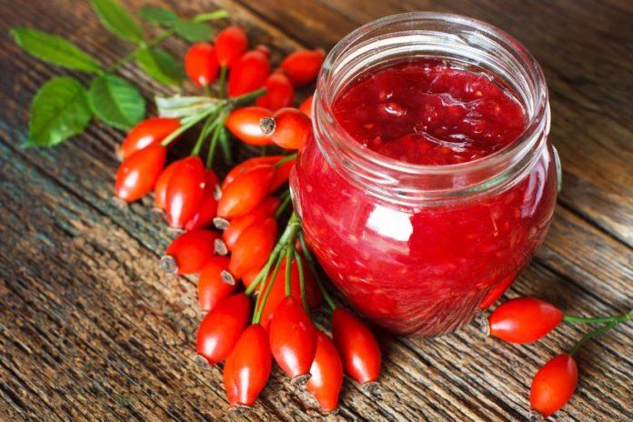 dzika róża, polska, owoce, superfood, jesień